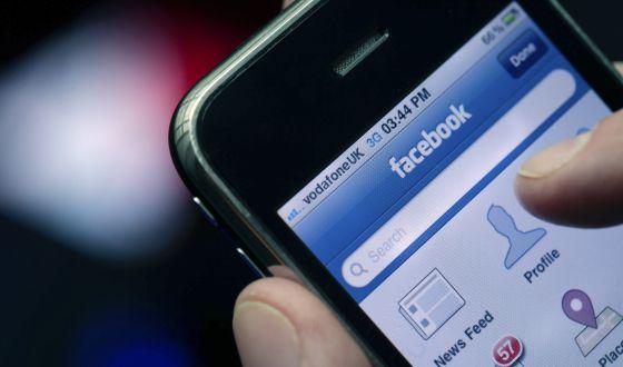 Un usuario accede a su perfil de Facebook desde el móvil.