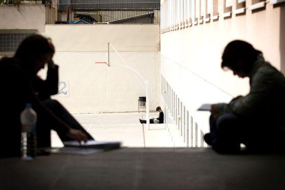 Unas aspirantes estudian antes de entrar a los examenes de una oposición para cuerpo docente en Cataluña