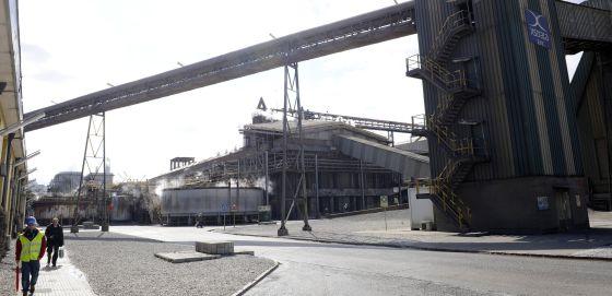 La fábrica Asturiana de Zinc, junto a la ría de Avilés.