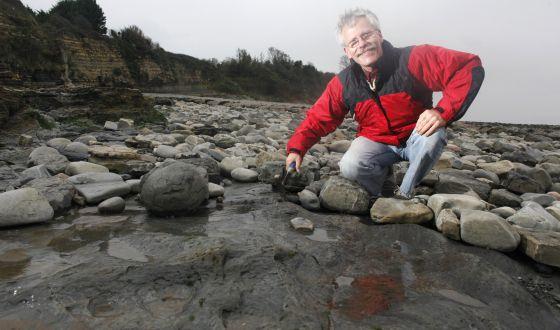 El geólogo Paul Olsen, cerca de Penarth, en el sur de Gales (Reino Unido).