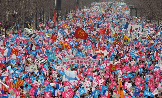 Cientos de miles de personas se manifiestan en París contra el matrimonio homosexual.