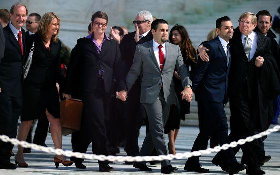Las dos parejas demandantes contra la Proposición 8, a la salida del Tribunal Supremo y en compañía de sus abogados.