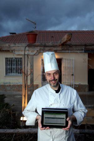 Eric van Buggenhaut, propietario de un restaurante de la sierra norte de Madrid, que usa las 'moras'.