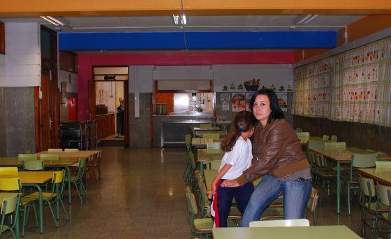 Isabel, que vive con su familia en Tenerife, no puede pagar los 25 euros al mes que cuesta el comedor de sus hijos.  Pedro Peris