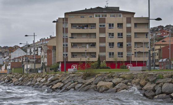 Edificios en la costa de Moaña (Pontevedra), uno de los dos últimos núcleos que los populares proponen amnistiar.