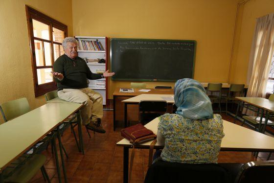 Francisco Caballero en el Centro Cultural de Sonseca (Toledo) durante una clase de alfabetización a alumnas inmigrantes.
