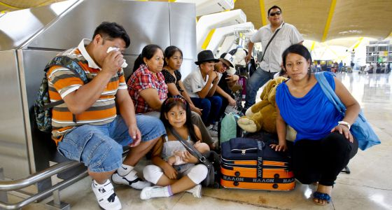 Familia de inmigrantes latinoamericanos que parte de retorno, en la T4 del aeropuerto de Barajas.