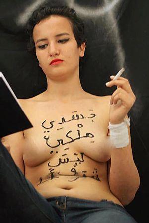 Amina Tyler, tunecina de 19 años, desnuda y fumando en su página de Facebook. En su cuerpo se lee: