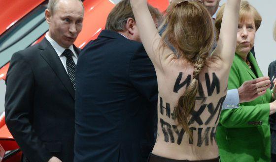 Una activista de Femen logra sorprender a Merkel y Putin en Hannover.