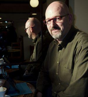 Navarro comenzó publicando sus novelas en la Red.