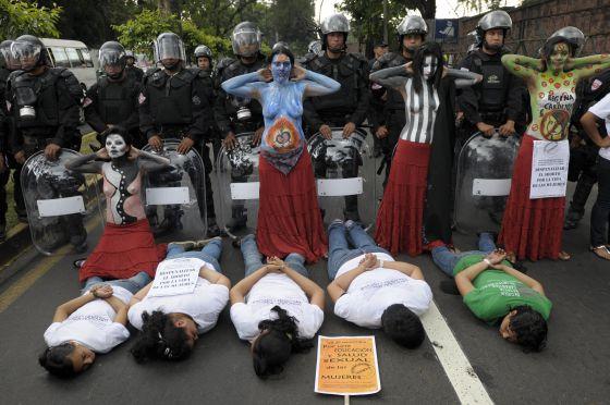 Mujeres salvadoreñas se manifiestan en San Salvador por la despenalización del aborto.  Roberto Escobar (Efe)