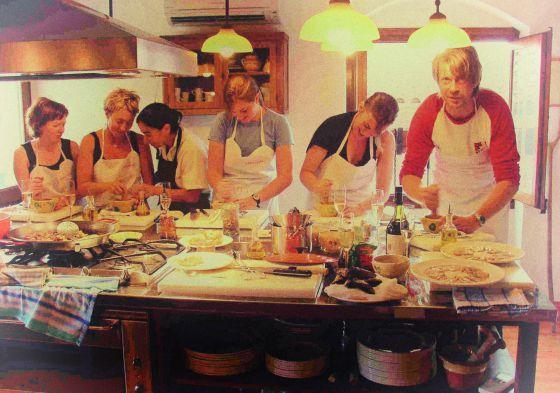 Un grupo de holandeses aprende de cocina catalana en el hotel gastronómico Catacurian, en El Masroig (Tarragona).