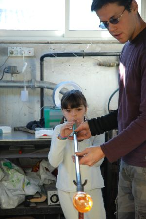 Antoine Pierini es uno de los artensanos de la localidad francesa de Biot que ofrece cursos de soplar el vidrio a turistas.