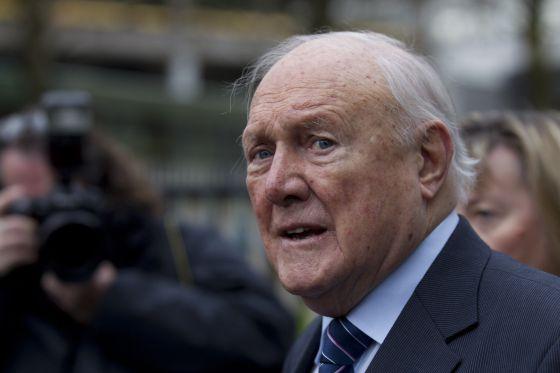 El locutor de la BBC Stuart Hall se ha declarado culpable de 13 delitos de abusos a menores.