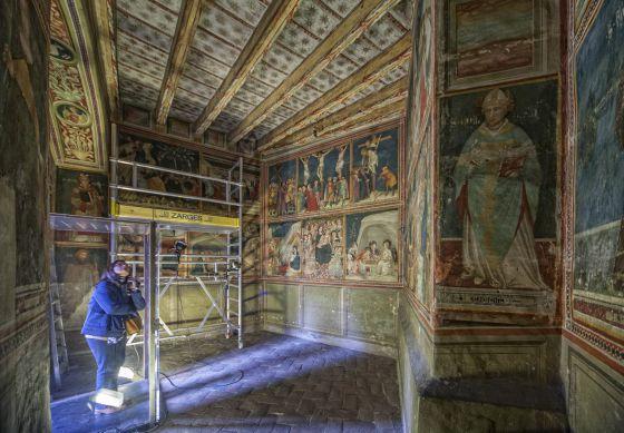 Los frescos de Ferran Bassa en la capilla de Sant Miquel del monasterio de Pedralbes de Barcelona se restauran gracias al Crowfunding.  Carles Ribas