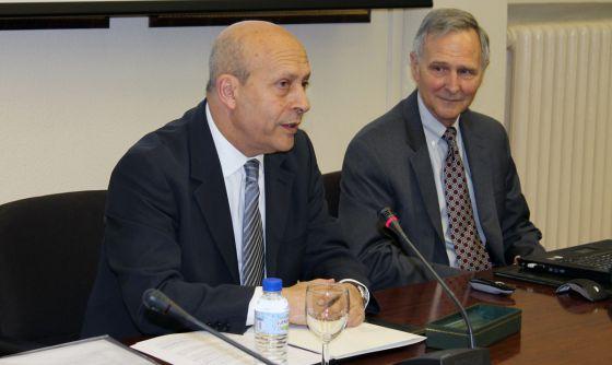 De izquierda a derecha, José Ignacio Wert y Eric Hanushek durante la conferencia.