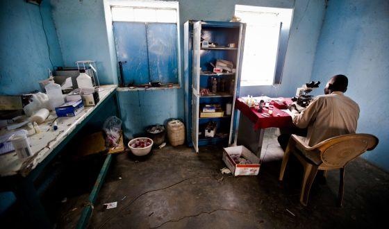 Los centros sanitarios africanos dan recetas para largos periodos para evitar desplazamientos de los pacientes.