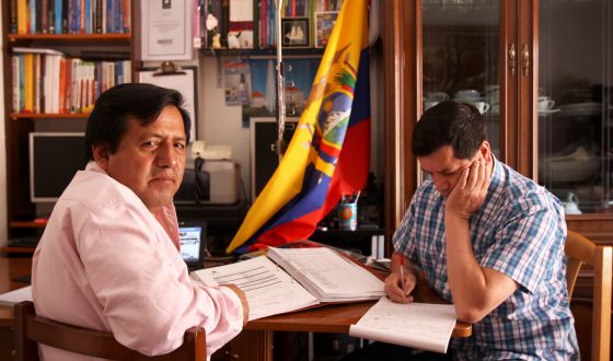 El matemático Galo Chiguano (izquierda) y el ingeniero José Izurrieta estudian para el examen.