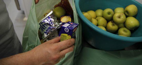 El personal de cátering prepara las bolsas de comida en Andalucía.