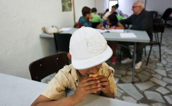 La parroquia de Santa Maria Magdalena de Barcelona reparte cada tarde la merienda a los niños.