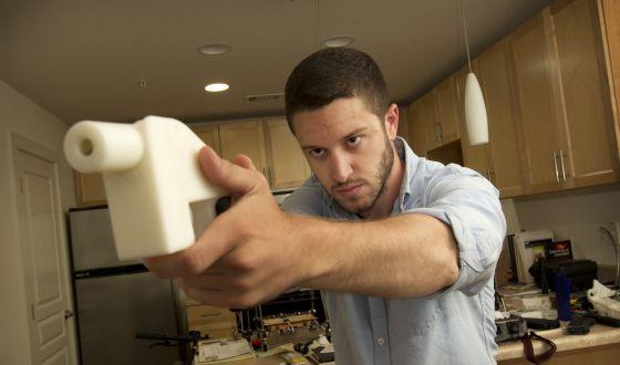 Cody Wilson muestra la pistola que fabricó con una impresora 3D.