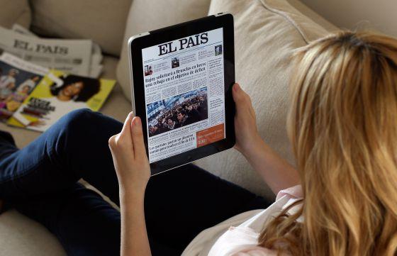 Una joven lee EL PAÍS en una tableta.