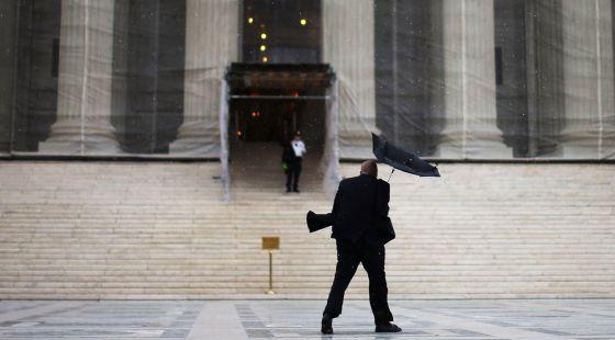Un hombre pasa frente al Tribunal Supremo de EE UU, en Washington.