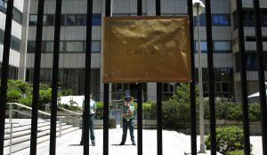La Carta por la Ciencia, pegada en la verja del Ministerio de Economía y Competitividad, tras la manifestación en Madrid contra los recortes en I+D.