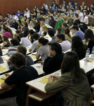 Jóvenes examinándose de las pruebas de acceso el pasado día 11 en Barcelona.