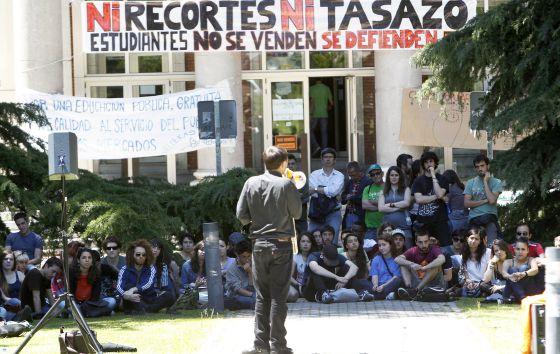 Clase impartida en el rectorado de la Complutense en apoyo a los alumnos encerrados por no poder pagar la matrícula.