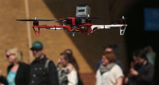 Algunos modelos pueden pesar menos de un kilogramo. En la imagen, un 'dron' equipado con una videocámara.