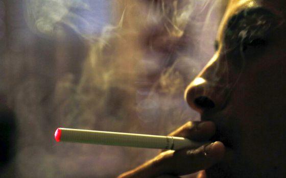 Los cigarros electrónicos tienen una batería que convierte en vapor las sustancias añadidas.