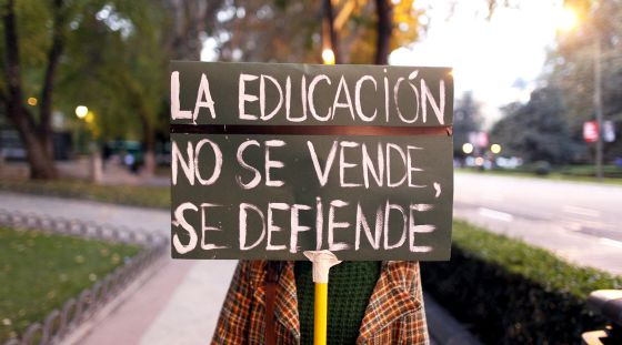 Manifestante en Madrid contra los recortes y la reforma educativa.