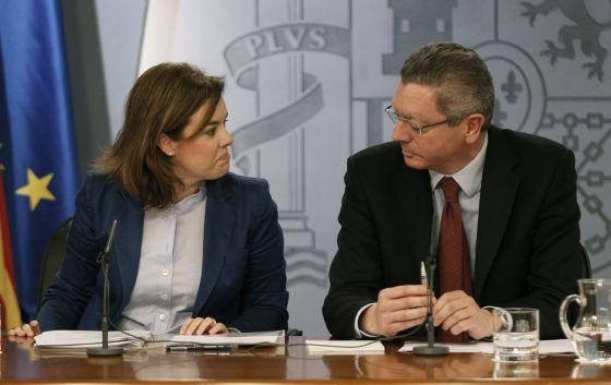 La vicepresidenta Soraya Sáenz de Santamaría y el ministro de Justicia, Alberto Ruiz-Gallardón, tras el Consejo de Ministros.