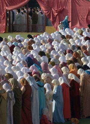 Mujeres melillenses rezan durante el Ramadán en 2006.