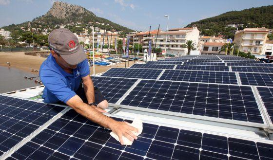Placas solares que suministran energía al Club Náutico de L'Estartit (Girona).