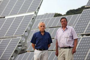 Ángel Miranda, a la derecha, en su huerto solar.