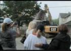 Derriban la casa del secuestrador ante una de sus víctimas