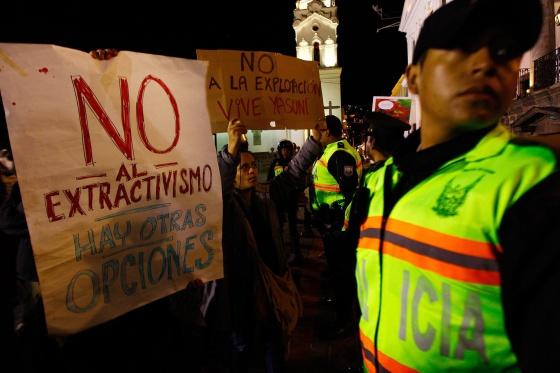 Manifestantes protestan al frente del Palacio de Gobierno en Quito (Ecuador)