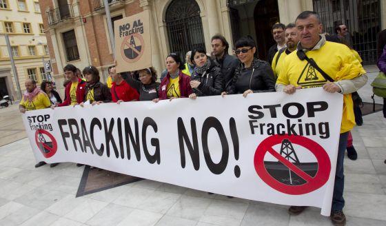 Miembros de la plataforma antifracking ante la diputación de Castellón.