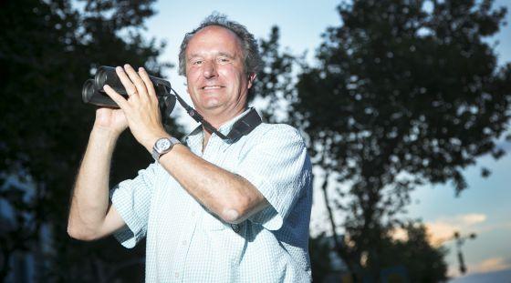 El ornitólogo Jordi Sargatal con sus inseparables prismáticos.