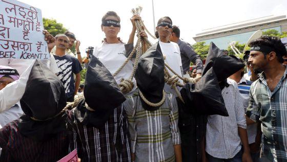 Un grupo de activistas reivindicó endurecer las penas contra los delitos sexuales ante el tribunal donde se juzgaba a los agresores.