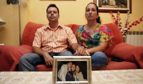 Rafael y Tatiana, junto a una foto de ellos con Harold, en su domicilio de Madrid.