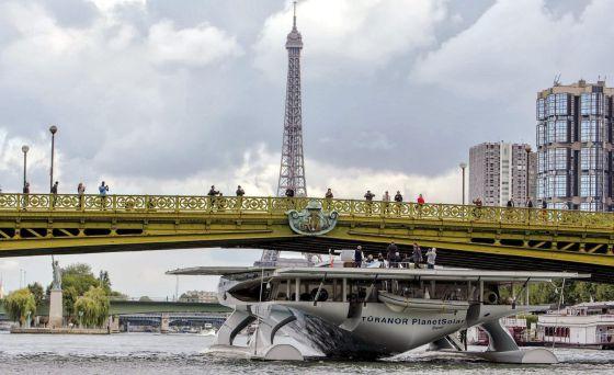 El 'Planetsolar' llega a París como colofón de su segunda misión.