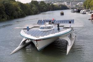 La embarcación navega por el río Sena en París.