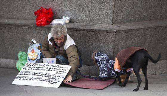 Un indigente mendigando en una calle de Madrid.