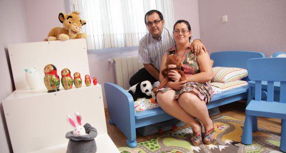 José Ángel Carmona y su esposa, María Mas, esperan la adopción de un niño ruso.