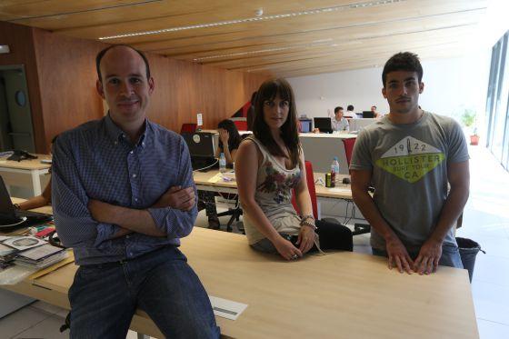 De izquierda a derecha, el profesor Antonio Rodríguez Ruibal con los estudiantes Estefanía Ríos, grado de periodismo, y Eduardo Pache, en la Udima.