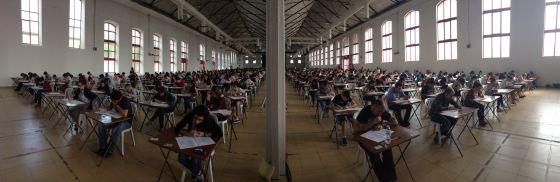 Una remesa de estudiantes examinándose de un certificado de Cambridge en el Institute of Modern Languages de Granada.