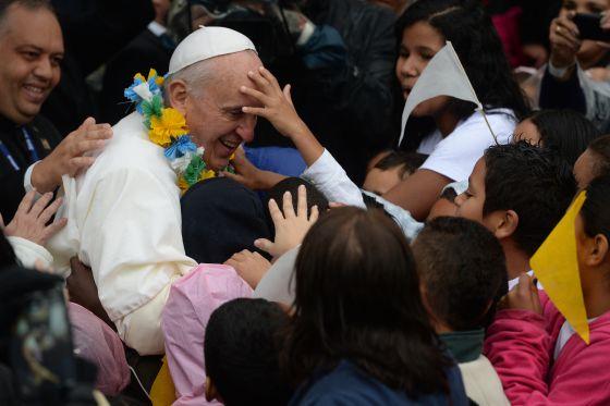 El papa Francisco, rodeado de niños, durante su recorrido por una favela de Rio de Janeiro en su reciente visita a Brasil.